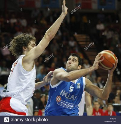 epa01867368 Pau Gasol (L) of Spain fights for the ball with Ioannis Bourousis (R) of Greece during their semifinal match at the European Basketball Championship in Katowice, Poland, 19 September 2009. EPA/ANDRZEJ GRYGIEL POLAND OUT