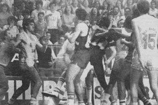 Bàsquet. Final ACB 13 abril 1984 (1983/84 (la primera que es va fer). Madrid-Barça 79-81. D'esquerra a dreta l'àrbitre Gárate, Fernando Martín, Mike Davis, Wayne Robinson, Chicho Sibilio i Brian Jackson. Hi falta Lopez Iturriaga, iniciador de la baralla.