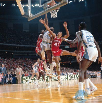 Larry Micheaux al rebote junto a Olajuwon y Worthy ante la atenta mirada de Michael Jordan en 1982