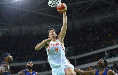 Spain's centre Willy Hernangomez (C) jumps for a basket during a Men's semifinal basketball match between Spain and USA at the Carioca Arena 1 in Rio de Janeiro on August 19, 2016 during the Rio 2016 Olympic Games. / AFP PHOTO / Andrej ISAKOVIC