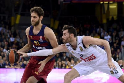 Real Madrid's guard Rudy Fernandez (R) vies with Barcelona's forward Greek Stratos Perperoglou during the Euroleague top 16 group F basketball match FC Barcelona Lassa vs Real Madrid at Palau Blaugrana sportshall in Barcelona on March 17, 2016. / AFP / JOSEP LAGO (Photo credit should read JOSEP LAGO/AFP/Getty Images)