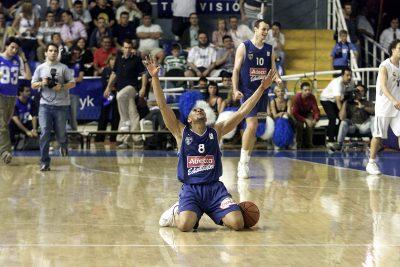 PARTIDO DE PLAY OFFS DE LA LIGA ACB REAL MADRID ESTUDIANTES GARNETT PUBLICADA 27/05/02 NA MA31 2COL PUBLICADA 27/05/02 NA MA01 PORTADA 1COL
