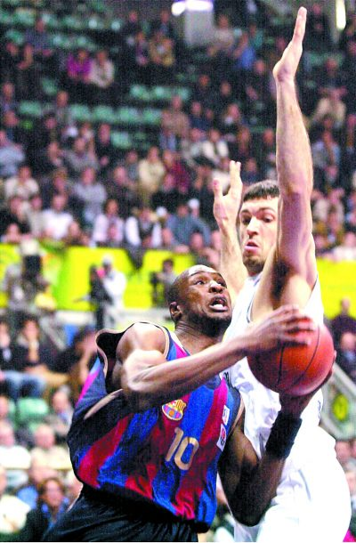 BASKETBALL-EUROLEAGUE - SPO - BASKETBALL - ROM35 - 20020228 - BOLOGNA, ITALY : FC Barcelona's Alain Digbeu (L) tries to score past Skipper Bologna's Andrea Meneghin during their Euroleague basketball match in Bologna, 28 February 2002. EPA PHOTO ANSA/GIORGIO BENVENUTI/ji/mda - BOLOGNA - ITALY - GIORGIO BENVENUTI - ji/mda