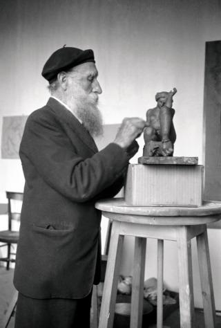 Aristides-Maillol-treballant-amb-La-montagne.-Anys-trenta.