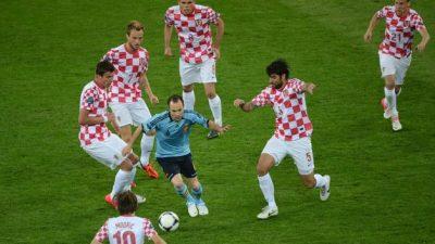 Iniesta-rodeado-Croacia-Espana-Eurocopa_TINIMA20120618_0508_5
