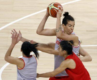 BRA24.RÍO DE JANEIRO (BRASIL), 04/08/16.- Las jugadoras de la selección española de baloncesto Laura Nicholls (c), Marta Xargay (d) y Ana Cruz (i) durante el entrenamiento de hoy, 4 de agosto de 2016, en las instalaciones del Youth Arena Deodoro, en el marco de los Juegos Olímpicos de Río de Janeiro 2016. EFE/Elvira Urquijo A.