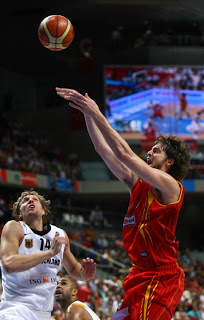 Spain's Pau Gasol (R) shoots against Germany's Dirk Nowitzki during a quarter-final match of the European Basketball Championships at the Madrid Arena, 13 September 2007. AFP PHOTO/JAVIER SORIANO BASKET-EUR2007-GER-ESP